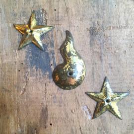 lot de pièces décoratives 1900 métalliques métal étoile larme perle goutte lune embossé percé décor ancien vintage doré or