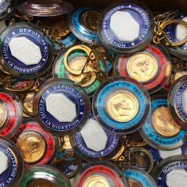 porte clefs ancien pastille vichy lardy faux louis d'or plastique 1960 épicerie cadeau publicitaire vintage