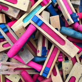 crécelle en bois du jura bicolore ancienne vintage jouet 1960