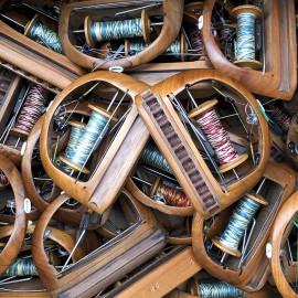 petite navette avec bobine bois métal atelier tissage soie filature ancien vintage mercerie 1930 1950