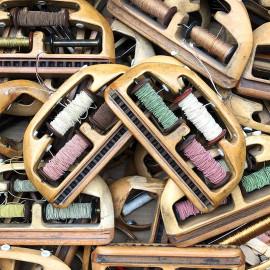 navette triple avec trois bobines fil bois métal atelier tissage soie filature ancien vintage mercerie 1930 1950