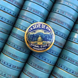 petite boite la sève de pin bonbons résineux père antoine abeille miel epicerie ancienne vintage 1930 vintage lithographie ronde