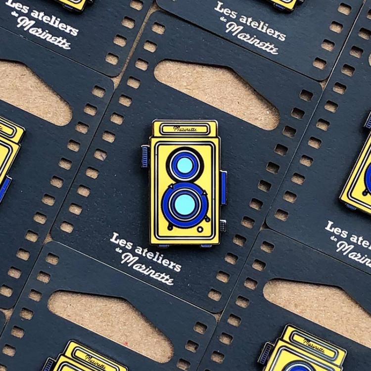 pin's photo bi objectif jaune émaillé émail design appareil photo accessoires vintage les ateliers de marinette