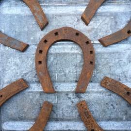 fer a cheval ancien vintage metal metallique ferronnerie marechal ferrant
