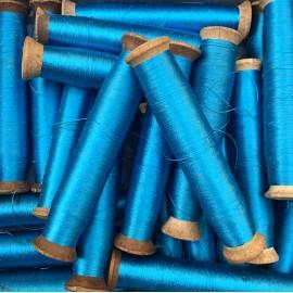 bobine bois fil ancien vintage mercerie 1930 atelier soie viscose bleu ciel cyan rouet fine