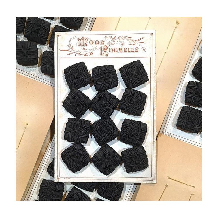 carte de 12 boutons anciens en tissu vintage 1890 1900 costume haute époque carré noir 27mm