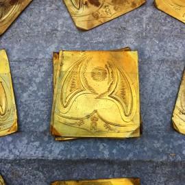 plaque laiton emboutie décor casque napoléon 1860 miniature ancien XIXème