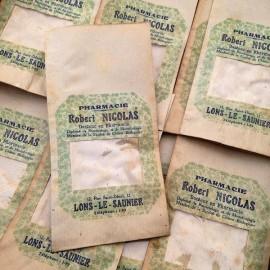 petit sachet en papier ancien ajouré pharmacie vintage 1960