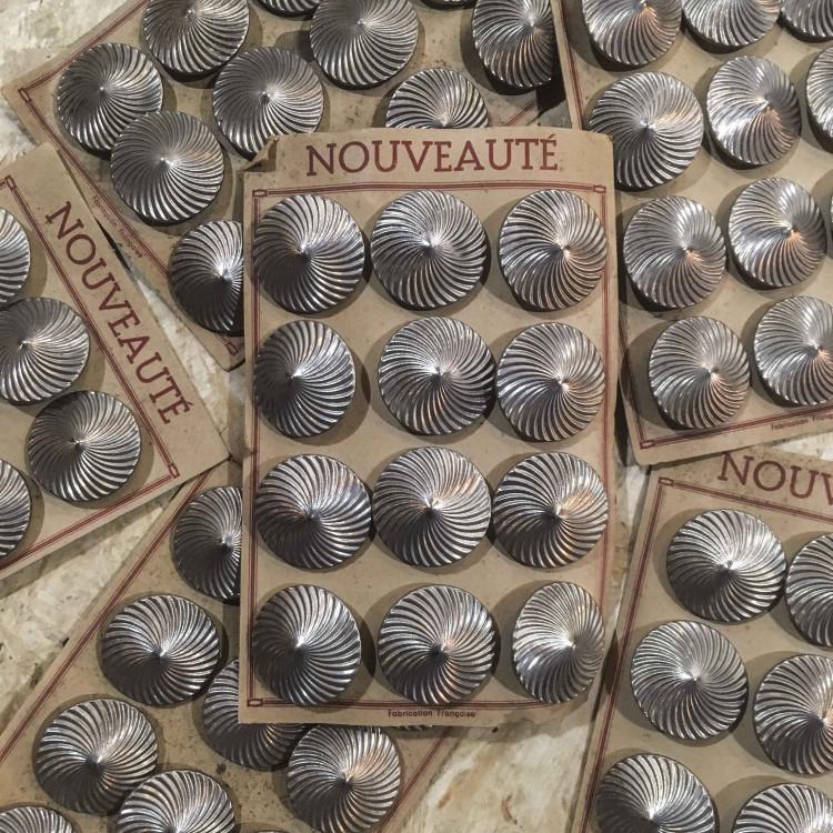 carte de 12 boutons anciens vintage 1930 mercerie couture 32mm métallique métal argenté
