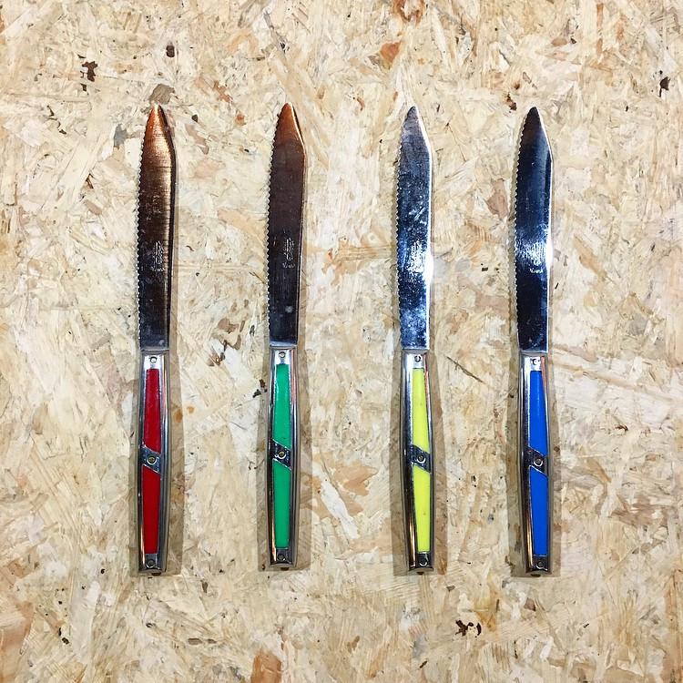 set couteaux colorés ancien lame inox  vintage cuisine  métal 1950