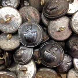 bouton ancien génie militaire casque armure 1900 1850 gris métal armée